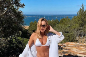 Amanda Holden, 50, showoff toned figure in a bikini alongside her daughter